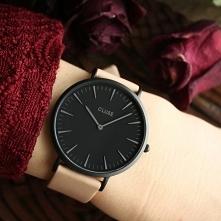 Zegarek Cluse na skórzanym pasku o delikatnym łososiowym kolorze w połączeniu z głęboko czarną tarczą tworzy efekt, w którym zakocha się każda kobieta!