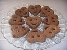Uśmiechnięte pierniczki z powidłami. Przepis na ciasto pochodzi ze strony mojewypieki.com.  Składniki na 50 - 60 sztuk:      1/4 szklanki miodu     80 g masła      1/2 szklanki ...