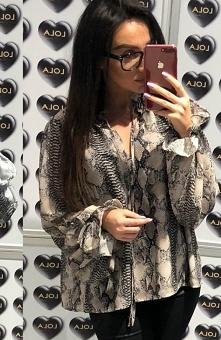 Lola koszula wężowy wzór beżowa Zjawiskowa koszula damska wykonana została z delikatnej i zwiewnej tkaniny , ozdobiona pięknym wzorem najmodniejszym w tym sezonie, długie rękawy...