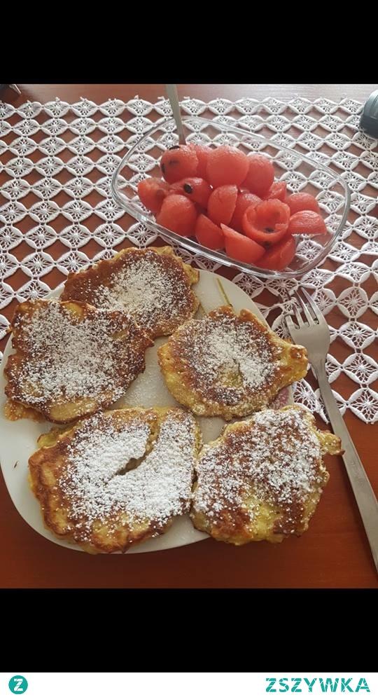 Placuszki z banana i arbuz :) Składniki: 1 banan mleko mąka ksylitol zrobiony na cukier puder olej kokosowy jajko arbuz Banana rozdrabniamy widelcem, dodajemy mąke i mleko na oko oraz jajko. Smażymy na oleju kokosowym i posypujemy zblendownym na cukier puder ksylitolem. Dodatkowo do zagryzki arbuz wycięty w kółeczka za pomocą łyżki do lodów.
