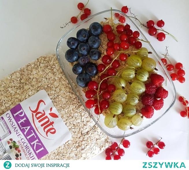 Potrzebujemy tylko 3 rzeczy! Płatki owsiane, woda i ulubione owoce. Płatki owsiane mieszamy z wodą i odstawiamy aby zgęstniały. Następnie układamy ulubione owoce i mamy pyszne śniadanie słodkie od owoców. :)
