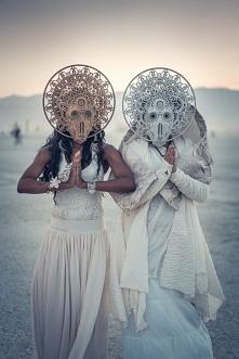 Te maski są dość intrygując...