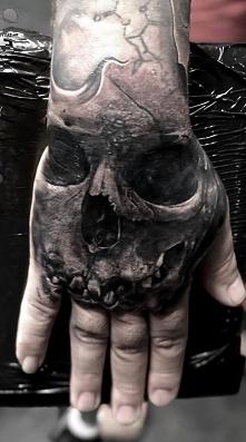 czaszka na dłoni tatuaż dla...