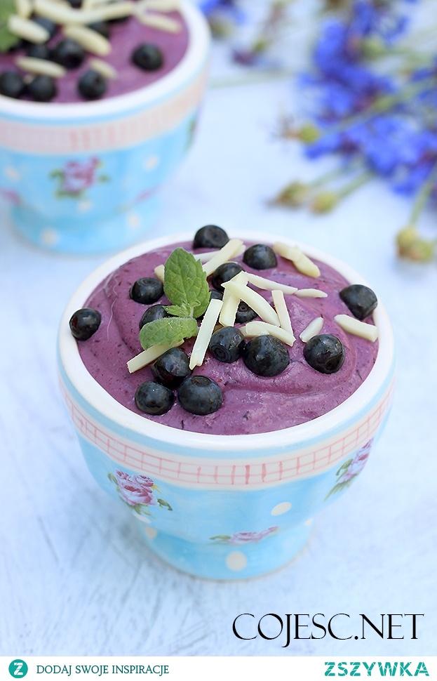 Słodki serniczek jagodowy - czyli jak przedłużyć smak lata. Pyszne owoce i orzechy zawarte w tym deserze są doskonałym źródłem białka, witamin i minerałów.