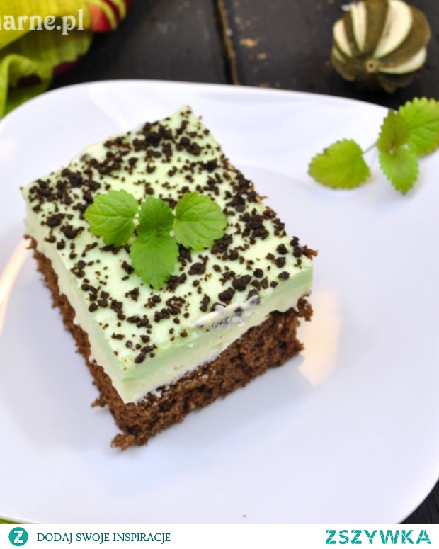 Mięta i czekolada to idealne połączenie. Takie ciasto tylko to potwierdza! SKŁADNIKI: -BISZKOPT: 3 jajka 100 g cukru 100 g mąki łyżeczka proszku do pieczenia łyżka kakao łyżka masła 80 g czekolady gorzkiej MASA MIĘTOWA: 180 g miętowych landrynek 1/4 szklanki wody 2 budynie śmietankowe 2 i 1/2 szklanki mleka 2 łyżki cukru 200 g masła MASA ŚMIETANKOWA: 2 galaretki agrestowe 400 g śmietany 30% DODATKOWO: 20 g czekolady gorzkiej PRZYGOTOWANIE: Najpierw pieczemy biszkopt. Czekoladę z masłem rozpuszczamy w rondelku. Jaja ucieramy z cukrem. Dodajemy ostudzoną czekoladę. Następnie, cały czas miksując, dodajemy mąkę wymieszaną z proszkiem do pieczenia i kakao. Ciasto wlewamy na blaszkę wysmarowaną tłuszczem lub wyłożoną papierem do pieczenia (moja ma wymiary ok 24x24cm). Wkładamy do nagrzanego do 200 stopni piekarnika i pieczemy ok 20 minut. Sprawdzamy wykałaczką czy ciasto jest już upieczone. Ciasto odstawiamy do wystygnięcia. Zabieramy się za masę miętową. Miętusy wkładamy do rondelka, zalewamy wodą i podgrzewając na wolnym ogniu, rozpuszczamy cukierki. W 1/2 szklanki mleka rozrabiamy proszek budyniowy z cukrem. Resztę mleka zagotowujemy. Na gotujące się mleko wlewamy rozrobiony budyń, gotujemy przez chwilę, cały czas mieszając. Następnie wlewamy syrop miętowy (ciepły) i gotujemy do zgęstnienia. Budyń przykrywamy folią i pozostawiamy do wystygnięcia. Masło ucieramy, następnie stopniowo, dodajemy zimny budyń i miksujemy na jednolitą masę. Masę rozprowadzamy na biszkopcie i wstawiamy do lodówki. Galaretki rozpuszczamy w około 3/4 szklanki wrzątku i odstawiamy do wystygnięcia. Śmietanę ubijamy na sztywno. Następnie, wąską stróżką, wlewamy do śmietany ostudzoną galaretkę cały czas miksując. Masę śmietanową wylewamy na zastygłą masę miętową. Pozostawiamy w lodówce do stężenia. Wierzch posypujemy resztą startej gorzkiej czekoladą. Smacznego!