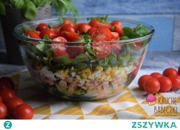 Warstwowa sałatka z tuńczykiem, brokułem, jajkiem, rukolą i pomidorem