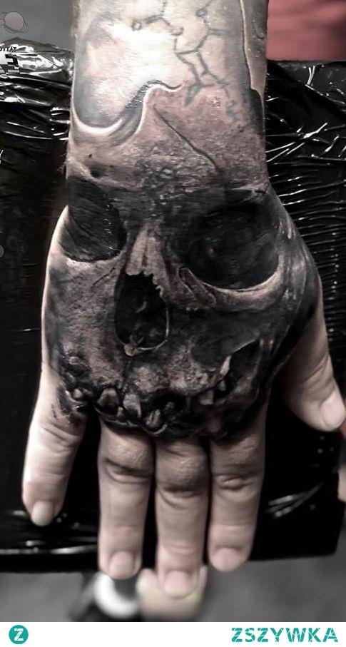 czaszka na dłoni tatuaż dla faceta