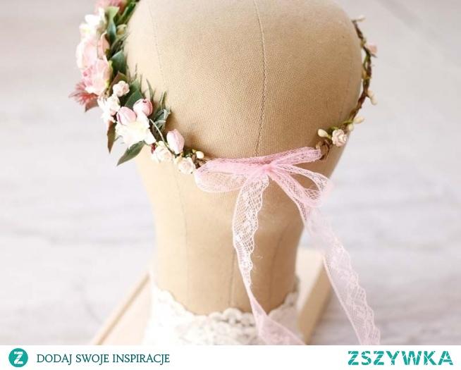 Wianek ślubny z kwiatów w odcieniu pudrowego różu, wiązany na przepiękną, koronkową wstążkę. Wspaniałe dopełnienie ślubnej stylizacji w stylu boho i glamour!  Wianek dostępny w ślubnym sklepie internetowym Madame Allure.