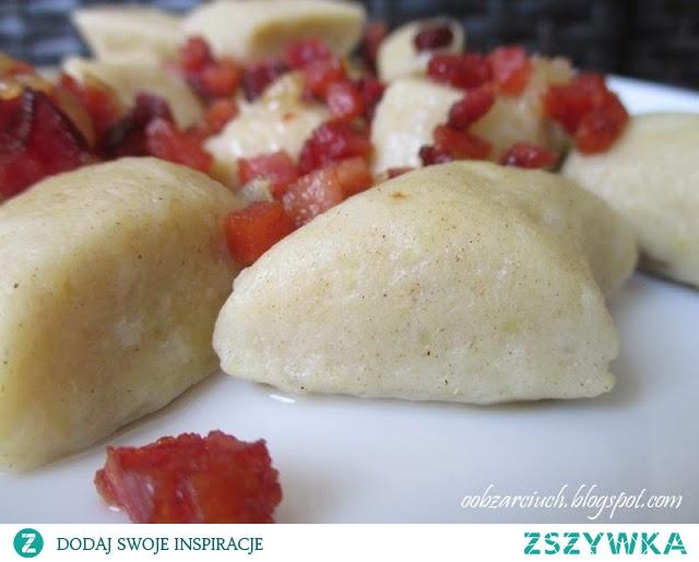 Kopytka z mąki żytniej       około 1 kg ziemniaków      1 1/2 szklanki mąki żytniej      2 łyżki mąki ziemniaczanej      2 jajka      sól      olej      Ziemniaki gotujemy w osolonej wodzie, studzimy i mielimy przez maszynkę do mięsa. Do ziemniaków dodajemy obie mąki i jajka. Zagniatamy dokładnie ciasto. Na oprószonej mąką stolnicy ciasto dzielimy na 4 części, formujemy w wałek i kroimy skośnie kopytka.      W dość dużym garnku gotujemy wodę z solą i odrobiną oleju. Wrzucamy po kilka kopytek na gotującą wodę i jak wypłyną na wierzch czekamy kilka minut i wyciągamy łyżką cedzakową. Kopytka podajemy ciepłe z skwarkami, sosem lub innymi dodatkami.
