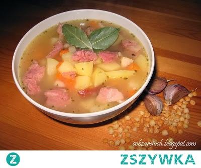 Grochówka        40 dag grochu łuskanego połówki      2 marchewki      1 pietruszka      1/2 selera      4 ziemniaki      1 cebula      2 ząbki czosnku      40 dag wędzonego boczku      2 wędzone żeberka lub wędzoną kiełbasę      pryzprawz: sól, pieprz, majeranek, liść laurowy, ziele angielskie     Przygotowanie:  Połówki grochu płuczemy, wrzucamy do garnka z wodą i zagotowujemy. Następnie dodajemy żeberka, pokrojony w kostkę boczek, marchewkę, pietruszkę, seler oraz liść laurowy, pieprz i ziele angielskie. Zupę gotujemy na wolnym ogniu, co jakis czas mieszamy, aby groch się nie przypalił. Po ok. 40 min. do wywaru dodajemy także pokrojone ziemniaki, cebulę i czosnek. Potem wyjmujemy żeberka z zupy, obieramy je z kości, a mięso kroimy i ponownie wrzucamy do grochówki. Całość doprawiamy solą, majerankiem i gotujemy do miękkości.