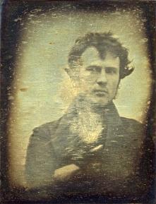 Kto zrobił pierwsze w historii zdjęcie typu selfie? Czy klasyczny autoportret możemy nazwać selfie? Kto zasłynął autoportretami robionymi w lustrze. Myślicie, że o selfie wiecie...