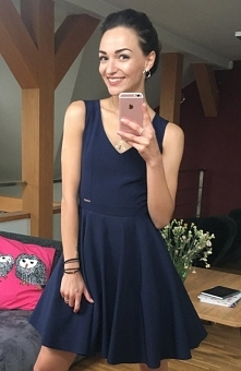 Sukienka Rime rozkloszowana granatowa Piękna rozkloszowana sukienka wykonana została z jednolitej dzianiny, góra dopasowana z dekoltem w szpic, dół pięknie rozkloszowany