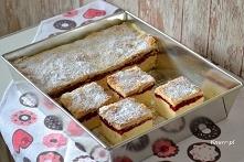 Kremówka z malinami w 20 minut        700 ml mleka     80 g budyniu waniliowego bez cukru     1/2 szklanki cukru (do masy budyniowej)     masło 200g     2x gotowe ciasto francus...