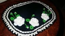 Czarna szydełkowa serwetka z białymi różami