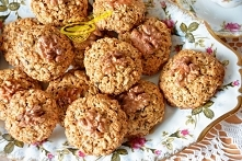 ciasteczka owsiane z orzechami i słonecznikiem(wersja fit) 250 gramów płatków owsianych górskich 70 gramów miękkiego masła lub margaryny 0,5 szklanki cukru trzcinowego szczypta ...