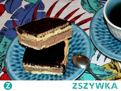 Expresowe ciasto serowe        1/2 kg twarogu tłustego     1 i 1/2 szklanki cukru pudru     1 masło 200g     2-3 żółtka      1 łyżka ciemnego kakao     ok. 2 dużych paczek herbatników   Polewa: *Możesz kupić gotową lub zrobić wg mojego sprawdzonego przepisu:      3 łyżki wody lub mleka     3 łyżki cukru pudru     3 łyżki ciemnego kakao     100 g margaryny    1. Ser przepuścić przez maszynkę lub metalowe sitko (zajmie to tylko chwilę)  2. Masło, cukier puder i żółtka utrzeć (jajka najpierw sparzyć wrzątkiem), dodać do nich ser i ponownie utrzeć całość  3. Utarte ciasto podzielić na dwie równe części, do jednej dodać kakao i dokładnie wymieszać  4. Blachę wyłożyć papierem do pieczenia (tylko po to, by później bez problemu można było wyjąć z niej ciasto), następnie ułożyć pierwszą warstwę herbatników. Na herbatnikach rozprowadzamy równomiernie ciemne ciasto, kładziemy drugą warstwę herbatników, potem jasne ciasto i na wierzch znowu herbatniki.    5. Przygotowujemy polewę: w rondelku zagotować 3 łyżki mleka lub wody, wsypać cukier puder i rozpuścić, następnie dodać pokrojoną w kostkę margarynę i rozpuścić. Zdjąć rondelek z ognia i dodać przesiane przez sitko kakao. Szybko i dokładnie wymieszać (w razie rozwarstwienia składników dolać odrobinę zimnego mleka)