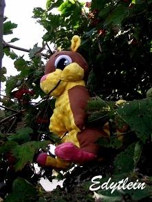 Szyta wiewióreczka siedzi na drzewie :D