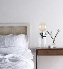 Lampa stołowa Adrian, charakteryzuje się niezwykle modnym i stylowym designem. Idealne oświetlenie do klasycznych jak i modernistycznych wnętrz.Polecana do biur, salonu lub wszę...