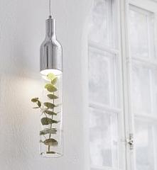 Lampa wiszaca Bottle, niezwykła oprawa firmy Markslojd. Może stanowić oryginalną dekorację dzięki funkcji wazonika na gałązki bądź inne rośliny. Klosz oprawy można wypełnić wodą...