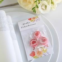 Cukierki Love Candies 3szt w kwiatowym opakowaniu Podziękuj swoim najbliższym za przybycie na uroczystość wyśmienitymi cukierkami Love Candies w kwiatowej aranżacji!