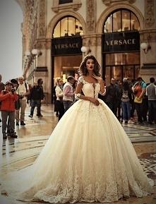 Długą prostą sukienkę założysz jeszcze nie raz, a taką tylko na ślub :)