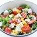 sałatka z fetą pomidorkami i kukurydzą Składniki 4 porcje, po 254 kcal 1 opakowanie sałaty roszponki, rukoli lub 1/3 główki sałaty lodowej 300 g małych pomidorków 100 g sera feta 170 g kukurydzy z puszki 1/2 papryczki chili lub 1/4 czerwonej cebuli winegret: wymieszane 4 łyżki oliwy, 1 łyżka soku z cytryny, 1 łyżka syropu klonowego lub 1/2 łyżki miodu, sól, pieprz