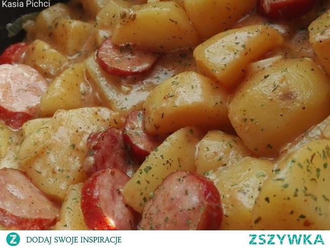 Danie jednogarnkowe z ziemniakami i kiełbasą w mleku kokosowym        ziemniaki     800 gramów      kiełbasa     300 gramów      cebula     1 sztuka      czosnek     3 ząbki      wywar grzybowy     200 mililitrów      mleko kokosowe     200 mililitrów      suszone pomidory z czosnkiem     2 łyżki      Pieprz ognisty mielony     1 szczypta      sól     1 szczypta      mąka     1 łyżka  Ziemniaki obieramy i kroimy na ćwiartki. Kiełbasę kroimy w plastry, cebulę w piórka, a czosnek siekamy. Na rozgrzewamy tłuszcz wrzucamy kiełbasę cebulę i czosnek. Smażymy chwilę po czym dodajemy ziemniaki, pomidory suszone z czosnkiem, sól, pieprz ognisty, wywar i mleko kokosowe. Dusimy pod przykryciem około 20 minut na średnim ogniu. Po tym czasie ziemniaki powinny być miękkie. Jeśli jest potrzeba zagęszczamy sos. Przekładamy na talerz posypujemy pietruszką .
