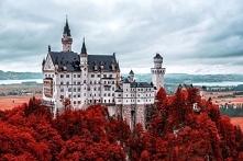 Baśniowy zamek Neuschwanstein w jesiennych barwach.
