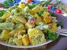 Sałatka curry z warzywami i jabłkiem  500 g oskrobanych, gotowanych młodych ziemniaków 350 g oczyszczonej fasolki szparagowej 1 duże jabłko (200 g) 80 g cebuli dymki 2 łyżki pos...