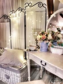toaletka w sypialni flowerb...