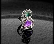 Pierścionek srebrny o bardzo ciekawej, asymetrycznej formie przypominającej n...