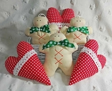 Zestaw zawieszek na choinkę szytych ręcznie oraz maszynowo ze 100% bawełny, utrzymanych w kolorystyce świątecznej - beż oraz czerwień. Ciasteczkowe ludziki ozdobione zieloną kok...