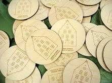 drewniane magnesy na lodówkę, zdjęcia z realizacji, więcej wzorów na stronie jotstudio.pl
