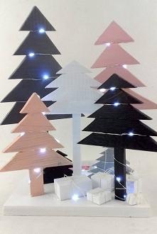 Drewniana instalacja składająca się z 7 choinek .  Choinki ze sklejki sosnowej pomalowane kolorową i bezbarwną farbą akrylową. Światełka LED (50) na metalowym druciku na baterie...