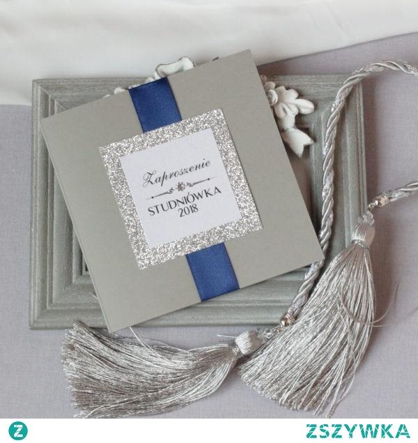 eleganckie zaproszenia na studniówkę z ozdobnym srebrnym brokatowym kwadratem