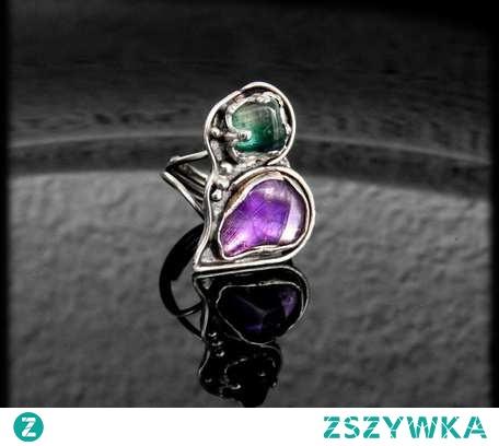 Pierścionek srebrny o bardzo ciekawej, asymetrycznej formie przypominającej nieco przekrzywione serce. Pierścionek wykonano ręcznie w pojedynczym egzemplarzu