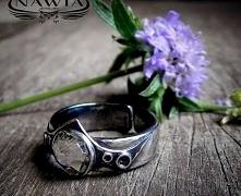 Charakterny pierścionek ze srebra. Duszą jest niesamowicie lśniący kryształ S...