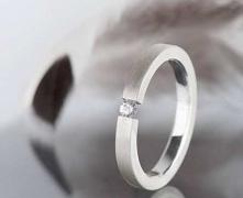 Srebrny pierścionek o minim...