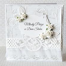 Piękna, elegancka kartka ślubna. Wykonana z wykorzystaniem profesjonalnych materiałów. Bogato zdobiona: koronką, szyfonową falbanką, kwiatami, perełkami, warstwowa. W środku prz...