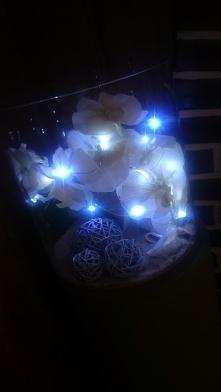 Sztuczny storczyk, lampki Led, trzy kule i szklana duża waza.