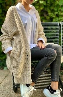 Sue Melanie kardigan beżowy Wygodny długi sweter damski stanowi doskonałe uzupełnienie każdej codziennej stylizacji, wykonany został z miękkiej i niegryzącej dzianiny,, sweter p...
