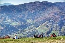 Atrakcje Góry Żar, podziwiamy widoki oraz startujących paralotniarzy.