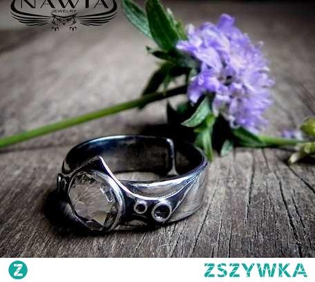 Charakterny pierścionek ze srebra. Duszą jest niesamowicie lśniący kryształ Swarovskiego. Pierścionek jest mocno oksydowany czyli przyczerniony, następnie przecierany co daje wrażenie starego, szlachetnego srebra. Kryształ bezbarwny o śr. 7mm. Obrączka regulowana, minimalny rozmiar palca 11, co oznacza, że wewnętrzna średnica pierścionka wynosi minimum 16 mm. Przy zamówieniu dobrze jest napisać do mnie wiadomość z rozmiarem palca to ją dopasuję, dzięki czemu zachowa ładny kształt. Szerokość obrączki 6mm. Waga 3,92g. Srebro próby 925.
