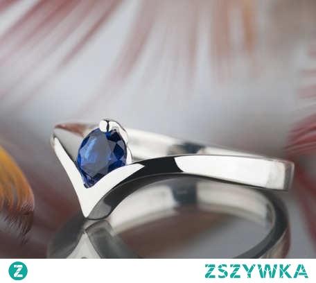 Minimalistyczny i elegancki srebrny pierścionek z szafirem, który sprawdzi się nie tylko jako pierścionek zaręczynowy. Szafir to kamień urodzinowy miesiąca września, więc z pewnością można go wybrać na prezent dla osoby urodzonej w tym czasie. Oprócz urodzin, to również dobry wybór na Święta Bożego Narodzenia, z okazji rocznicy czy tak wyjątkowej okazji jak narodziny dziecka. I oczywiście jako prezent dla siebie, bo przecież od czasu do czasu warto sprawić sobie biżuteryjną przyjemność.