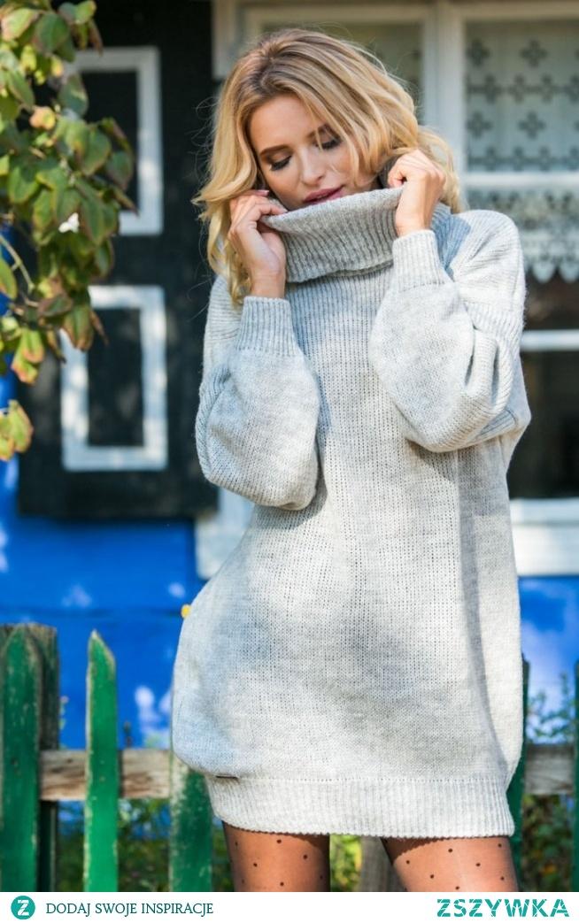 Fobya F577 sweter szary Ciepły wełniany sweter, który znakomicie ochroni Ciebie przed chłodem, dłuższy  fason świetnie będzie wyglądał w zestawieniu z legginsami czy rajstopami, wykończony golfem, który zastąpi zimowy szal