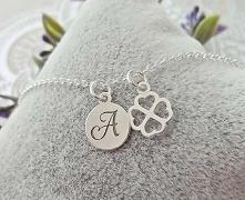 Srebrna bransoletka Personalizowana wykonana z delikatnego łańcuszka, ozdobiona jedną zawieszką z wygrawerowaną literą, oraz koniczynką.  To idealny prezent, pełen emocji i miło...