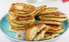 Placuszki z serem  Czas przygotowania: 10 minut Czas smażenia: 20 minut Ilość porcji: 17 placków  Kalorie: 76 w jednym placku Dieta: wegetariańska Składniki:      250 g twarogu ...