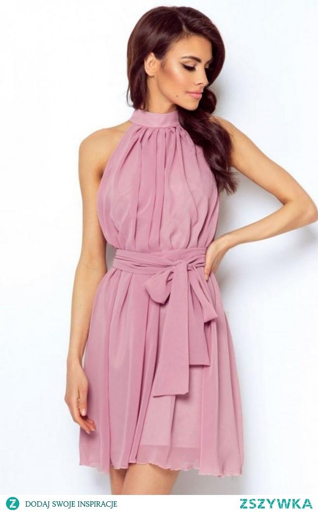 Ivon Livia sukienka wrzosowa Zjawiskowa lekka sukienka wykonana z delikatnego szyfonu, lekki materiał luźny krój zapewniają swobodę noszenia oraz uczynią Twój look kobiecym i oryginalnym, z tyłu sukienka posiada niewielkie pęknięcie i wiązanie na karku