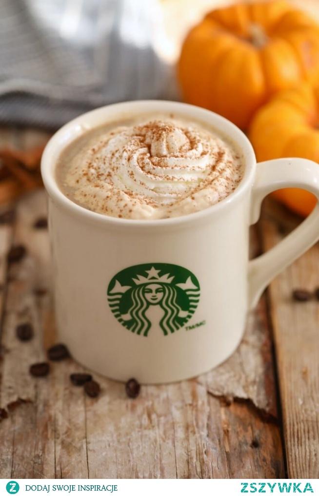 Pumpkin spice latte -  przepis  Składniki:  1 espresso  2/3 szklanki gorącego mleka  3 łyżeczki puree z upieczonej dyni  1/4 łyżeczki ekstraktu z wanilii  1 łyżeczka cynamonu w proszku  1 łyżeczka imbiru w proszku  1 łyżeczka sproszkowanej gałki muszkatołowej  1/2 szklanki wody  Wodę przelej do rondelka, dodaj do niej przyprawy oraz ekstrakt waniliowy. Zagotuj płyn, zmniejsz ogień i podgrzewaj składniki przez kolejne 5 minut. Po tym czasie odstaw je na kwadrans do wystudzenia, po czym przecedź przez sitko z małymi oczkami. Powstały syrop wymieszaj w naczyniu z mlekiem, aż się połączy. Możesz dosłodzić je cukrem waniliowym lub łyżeczką syropu klonowego. Dodaj puree z dyni, całość zmiksuj i przelej do szklanki z kawą. Wierzch latte możesz ozdrobić bitą śmietaną, cynamonem i startą czekoladą.