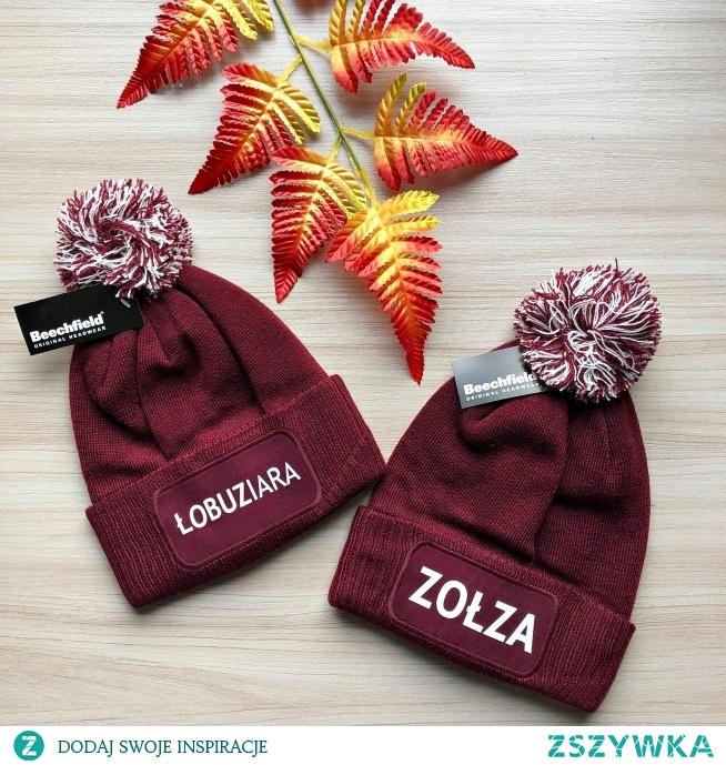 Burgundowe czapki z pomponem i nadrukiem ♥ Link w komentarzu pod zdjęciem!